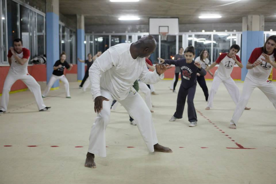 capoeiristas move in the road